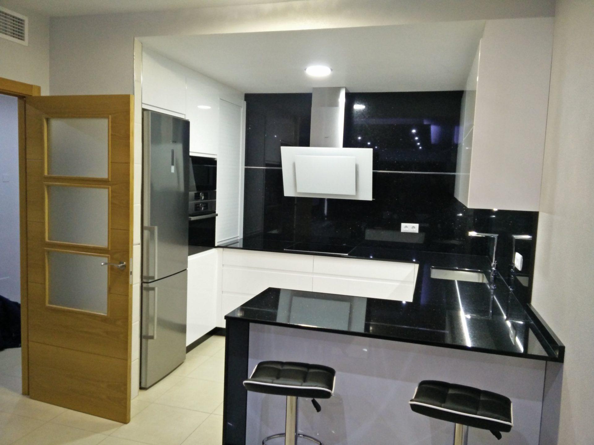 Cocina en blanco y negro estudio de cocinas sica for Encimera de cocina lacada en blanco negro